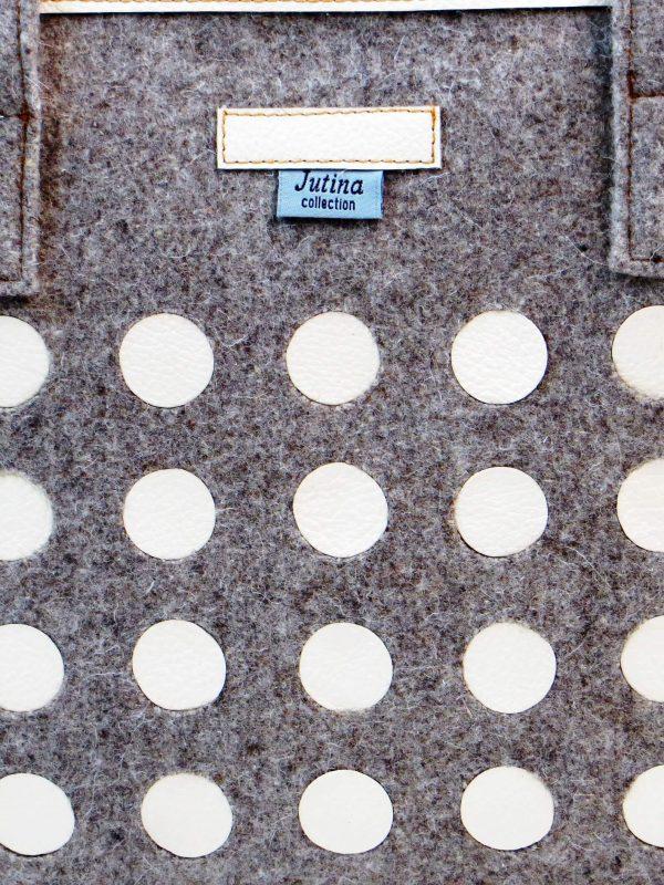 Pormenor da frente da carteira burel com aplicações em pele branca da Jutina