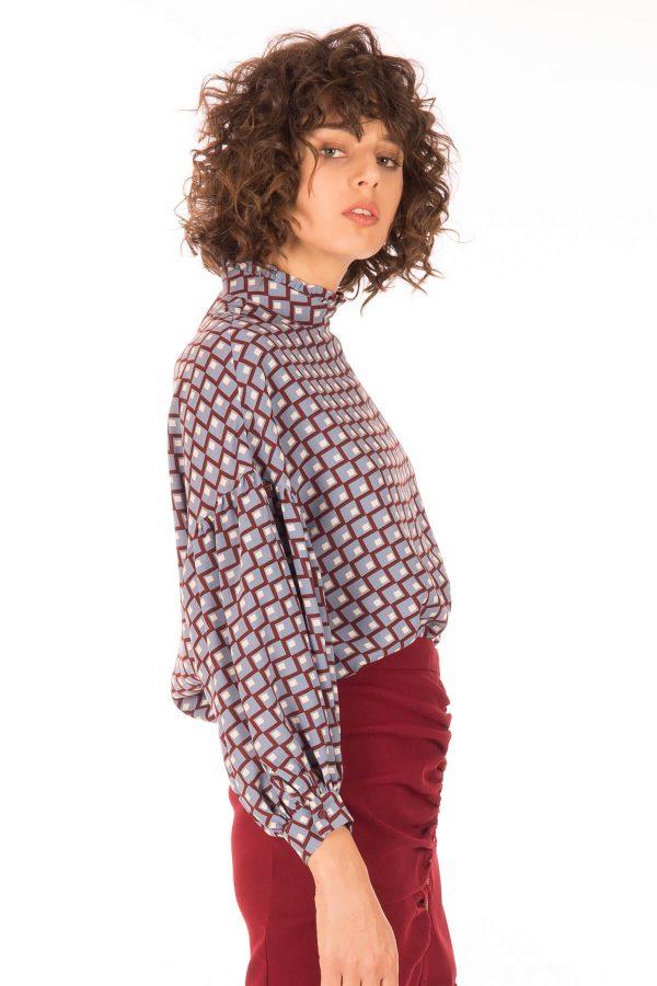 Lateral da blusa com padrão geométrico para mulher da Minueto