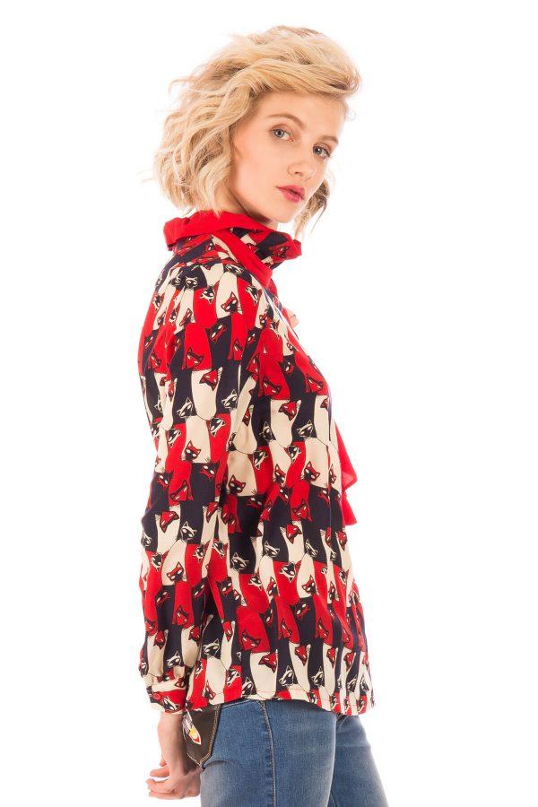 Lateral direito de blusa print gatos em tons de vermelho para mulher da Minueto