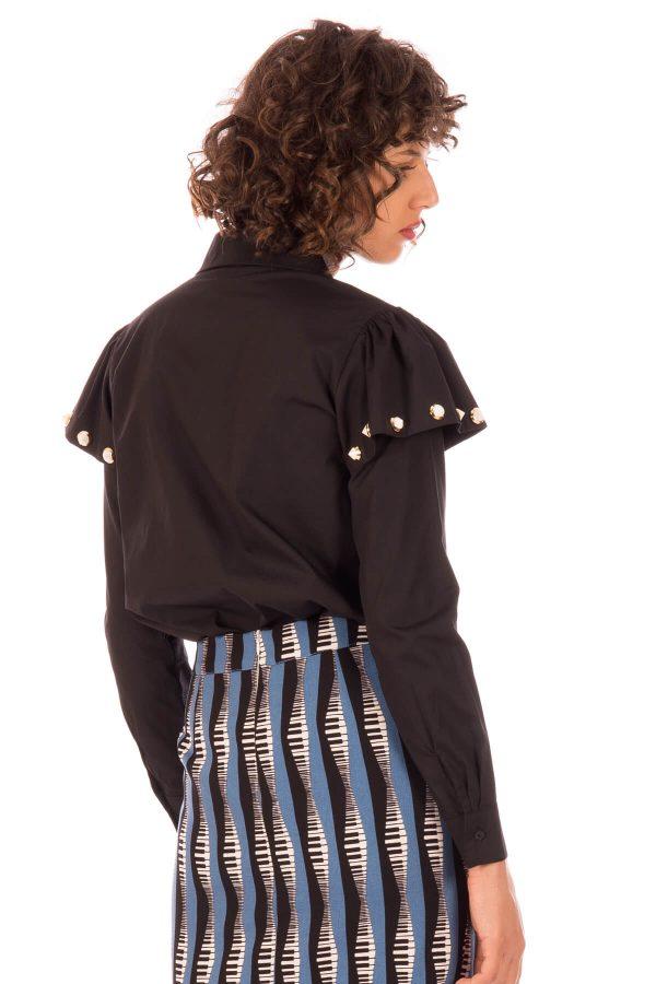 Costas de camisa com folho e tachas na manga em preto para mulher da Minueto