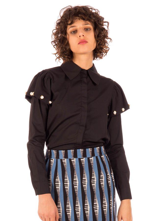 Lateral de camisa com folho e tachas na manga em preto para mulher da Minueto