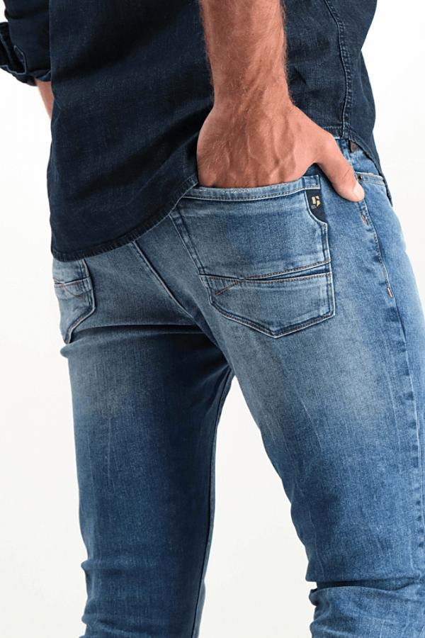 Pormenor do bolso traseiro das calças de ganga super slim para homem da Garcia Jeans