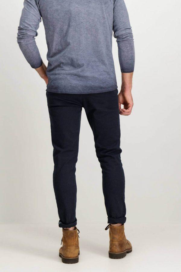 Parte de trás das calças chino super slim de sarja para homem da Garcia Jeans