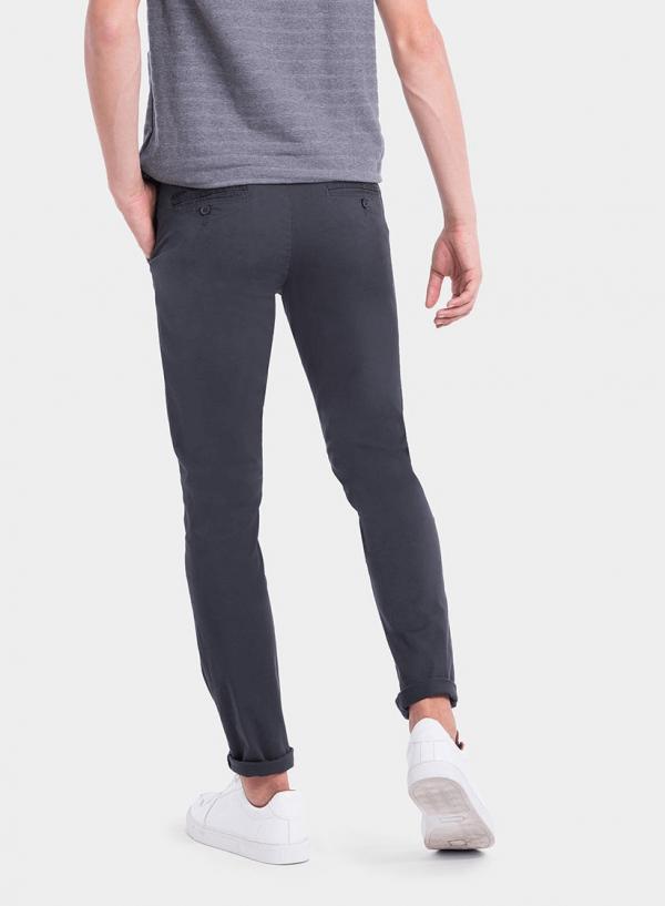 Parte de trás das calças chino slim fit em azul escuro para homem da Tiffosi