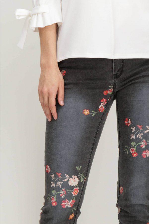 Pormenor da frente das Jeans com estampa floral em cinza escuro para mulher da Garcia Jeans