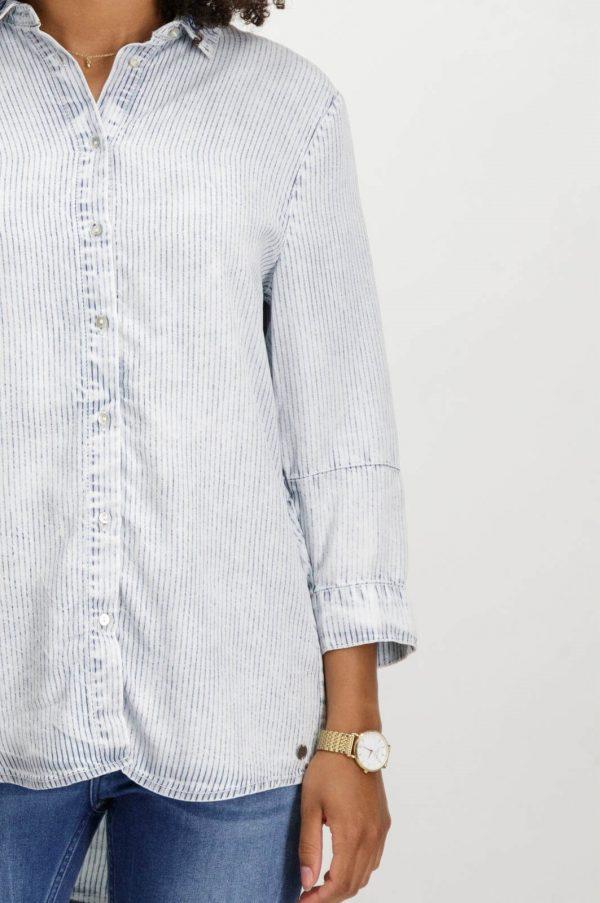 Pormenor da frente da camisa de riscas com colarinho bordado para mulher da Garcia Jeans