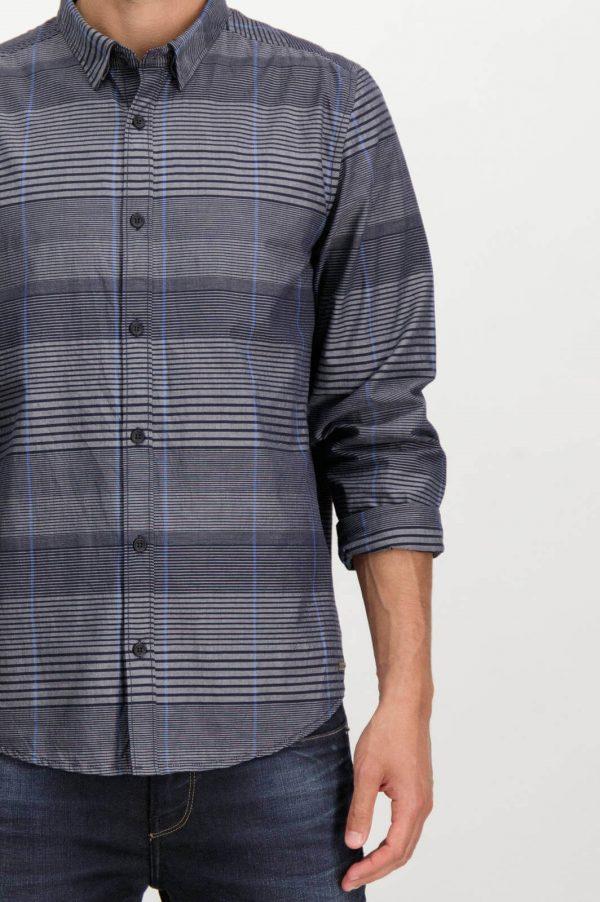 Pormenor da frente da camisa listrada cinza para homem da Garcia Jeans