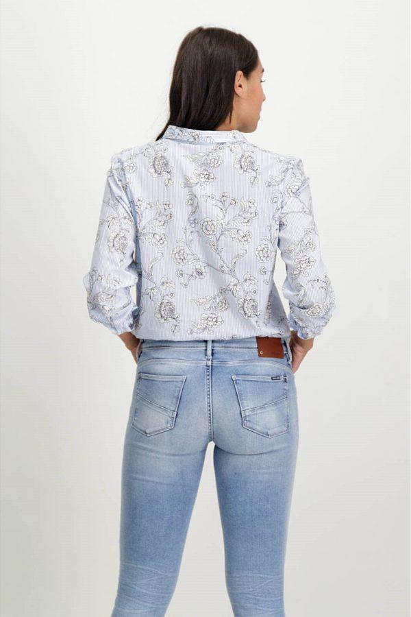 Costas da camisa de risca com print floral em azul claro para mulher da Garcia Jeans