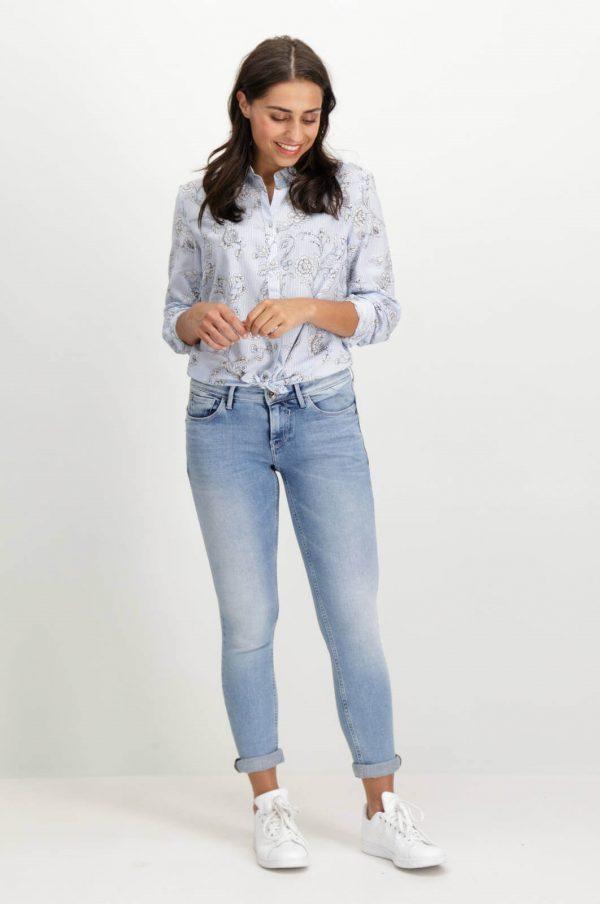Frente da camisa de risca com print floral em azul claro para mulher da Garcia Jeans