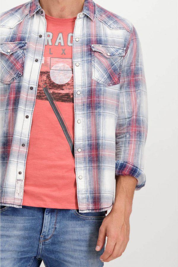 Pormenor da frente da camisa de xadrez com molas para homem da Garcia Jeans