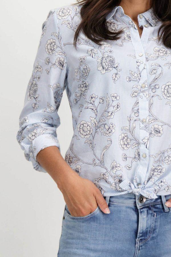 Pormenor da frente da camisa de risca com print floral em azul claro para mulher da Garcia Jeans