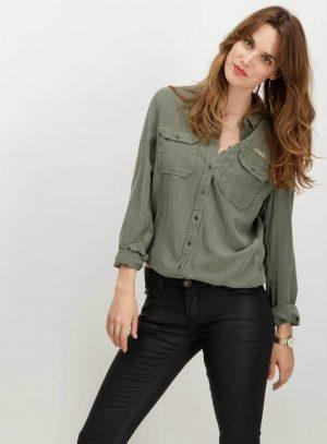 Frente de túnica com bolsos de chapa em verde tropa para mulher da Garcia Jeans