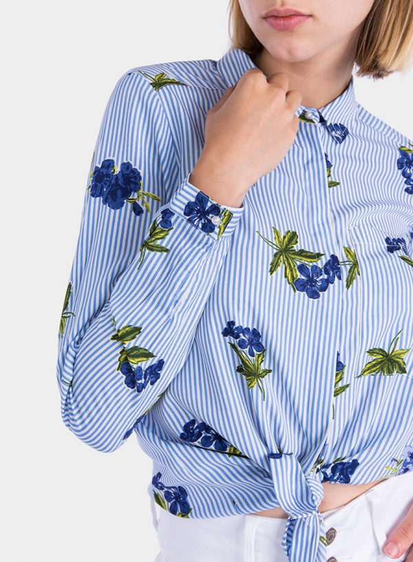Frente ampliada de camisa estampada floral com pérola da Tiffosi
