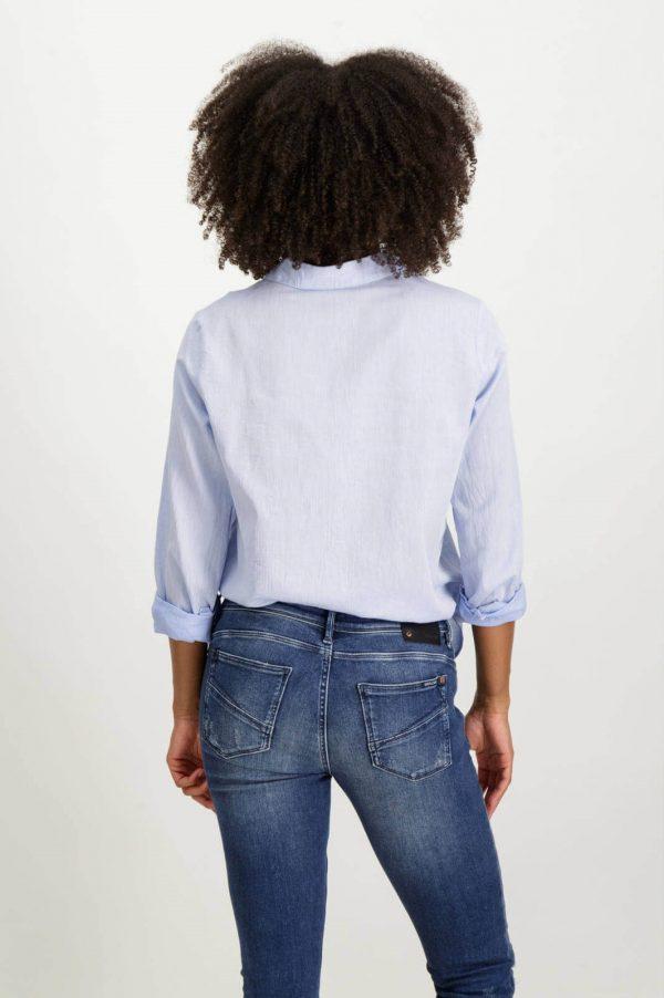 Costas da camisa com latejoulas bordadas em azul claro para mulher da Garcia Jeans
