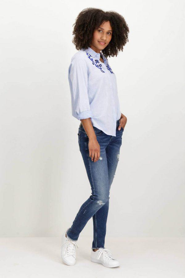 Lateral de camisa com latejoulas bordadas em azul claro para mulher da Garcia Jeans