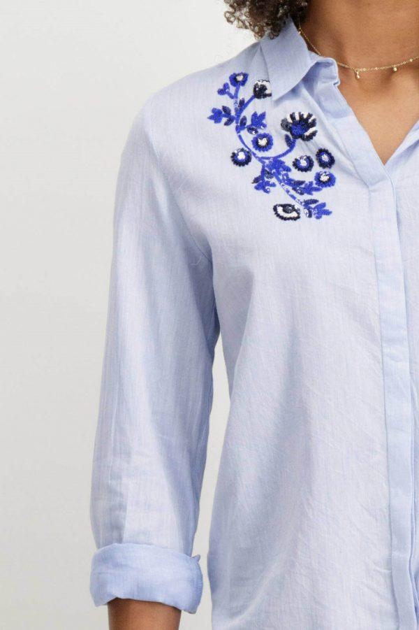 Pormenor do bordado da camisa com latejoulas bordadas em azul claro para mulher da Garcia Jeans