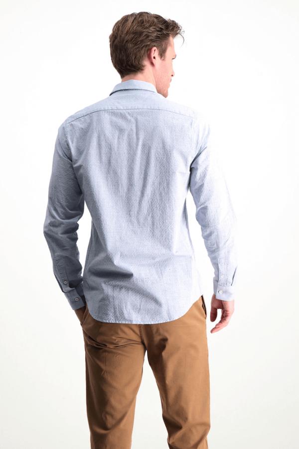Costas da camisa com bolso metido em azul claro da Garcia Jeans para homem