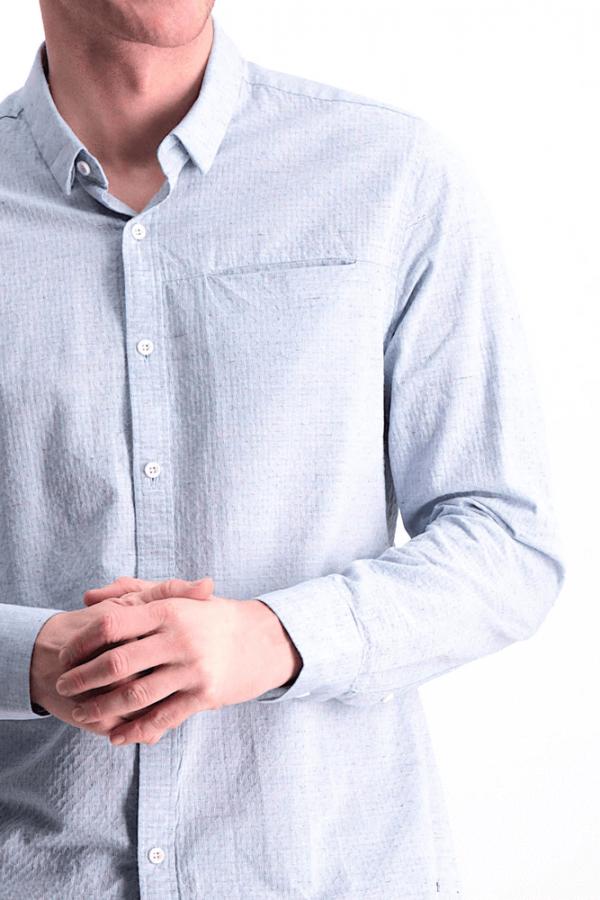 Pormenor da frente da camisa com bolso metido em azul claro da Garcia Jeans para homem