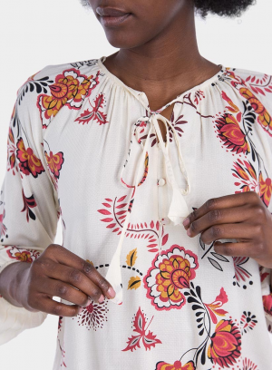 Pormenor da frente de blusa com estampa floral em tons de cru da Tiffosi