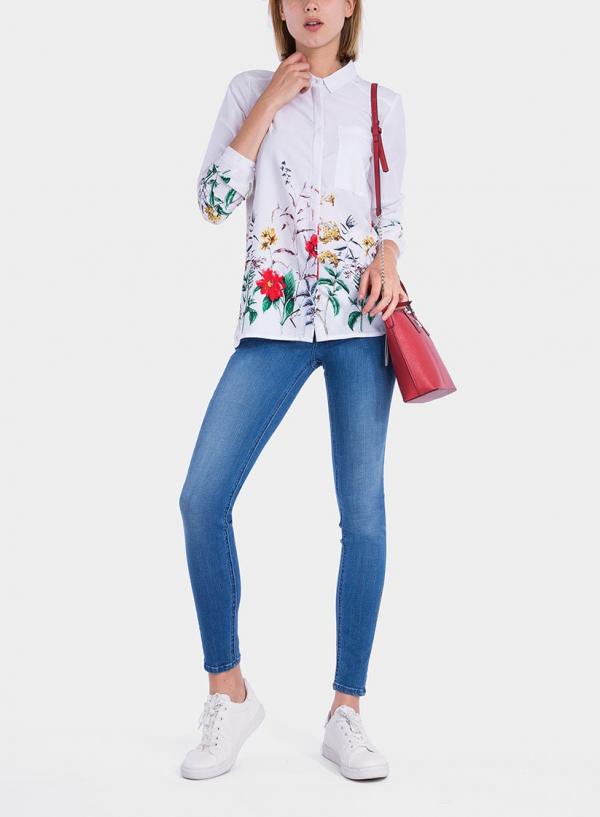 Frente de camisa branca com print floral da Tiffosi
