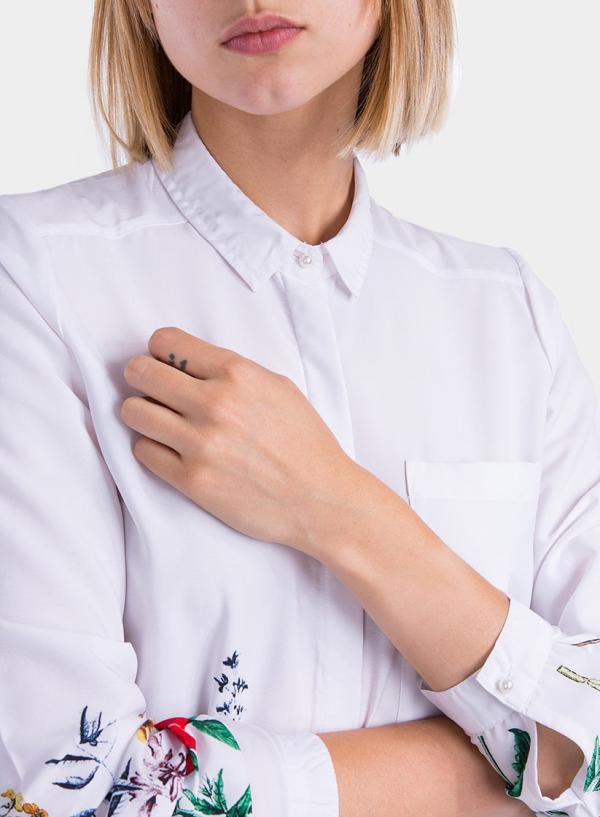 Pormenor da frente de camisa branca com print floral da Tiffosi