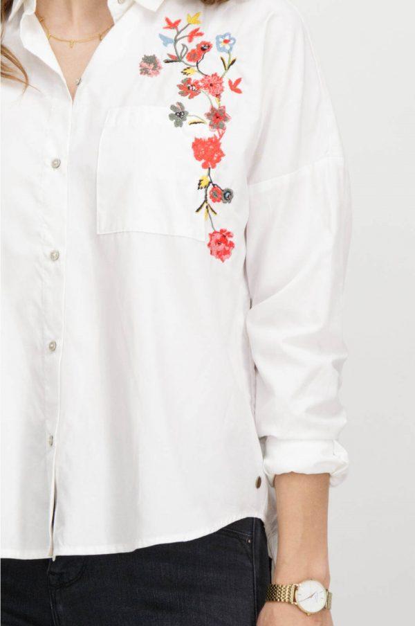 Pormenor do bordado da camiseiro com flores bordadas em branco para mulher da Garcia Jeans