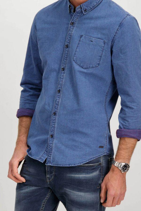 Pormenor da frente da camisa azul com mangas compridas para homem da Garcia Jeans