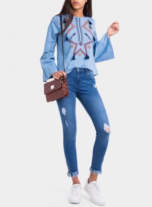 Frente de blusa bordada com pompons da Tiffosi