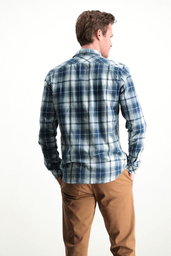 Costas da camisa pré-lavada em xadrez azul para homem da Garcia Jeans
