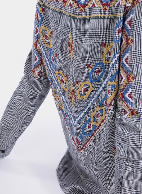 Pormenor do bordado na costa da camisa de xadrez bordada da Tiffosi