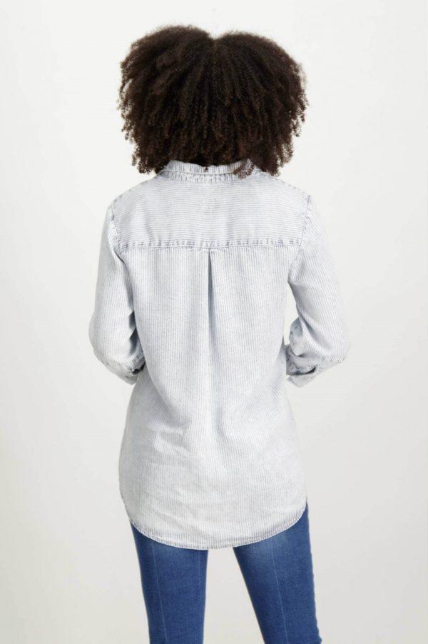 Costas da camisa de riscas com colarinho bordado para mulher da Garcia Jeans
