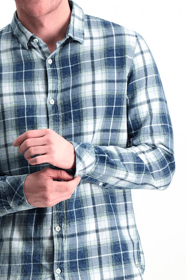 Pormenor da frente da camisa pré-lavada em xadrez azul para homem da Garcia Jeans