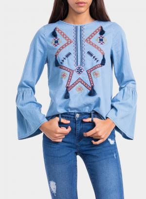 Pormenor da frente de blusa bordada com pompons da Tiffosi