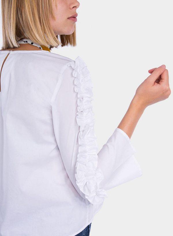 Pormenor da manga de blusa com folhos nas mangas em branco para mulher da Tiffosi