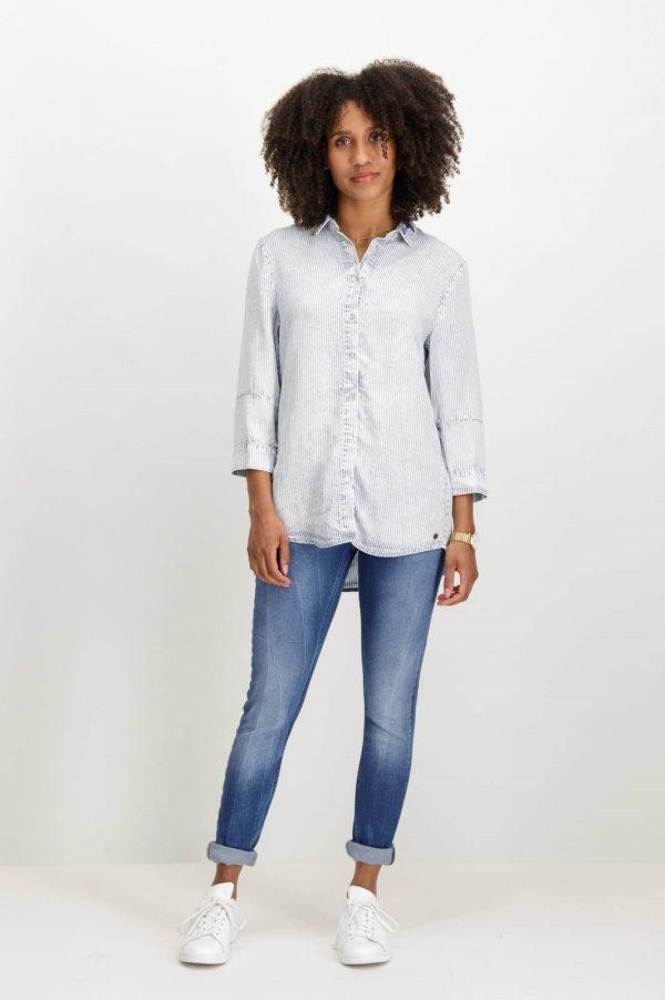 Frente da camisa de riscas com colarinho bordado para mulher da Garcia Jeans