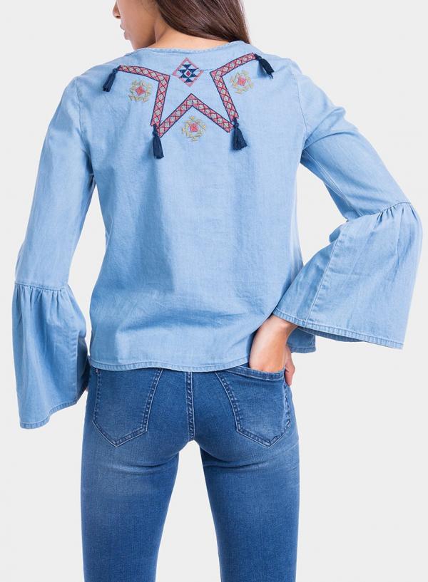 Costas de blusa bordada com pompons da Tiffosi