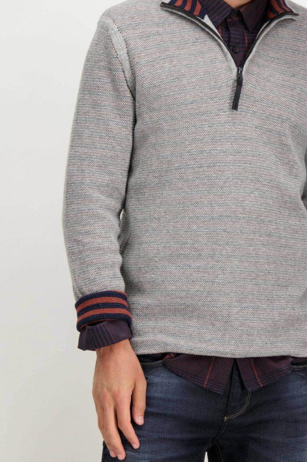 Promenor da frente de cardigan cinzento com fecho para homem da Garcia Jeans