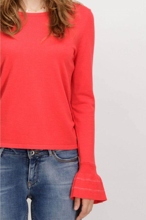 Pormenor da camisola vermelha com gola redonda de mulher da Garcia jeans