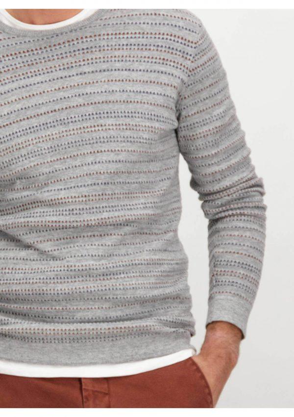 Pormenor da frente da camisola cinzenta com listas para homem da Garcia Jeans