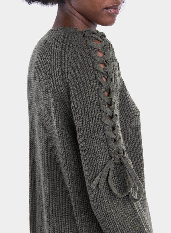 Pormenor da manda da camisola decote em V manga entrançada para mulher da Tiffosi