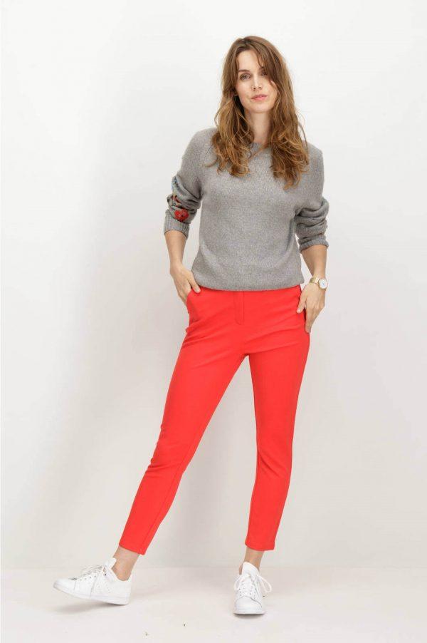 Frente de camisola cinzenta com bordados e decote redondo de mulher da Garcia Jeans