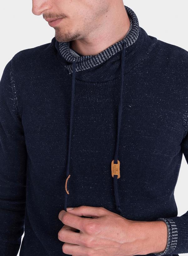 Pormenor da frente da camisola pormenor gola em azul marino para homem da Tiffosi