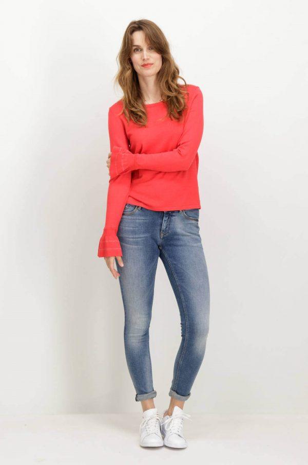 Frente da camisola vermelha com gola redonda de mulher da Garcia jeans