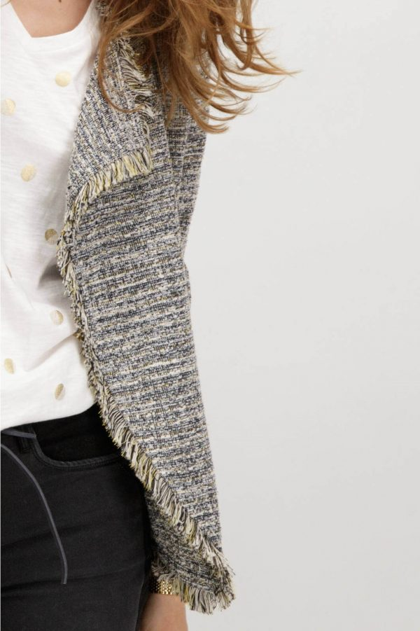Pormenor da frente do casaco com franjas em cinza mescla para mulher da Garcia Jeans