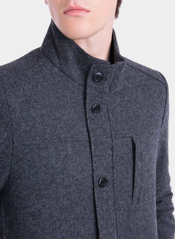 Pormenor da frente de casaco comprido pormenor bolso em cinza escuro para homem da Tiffosi