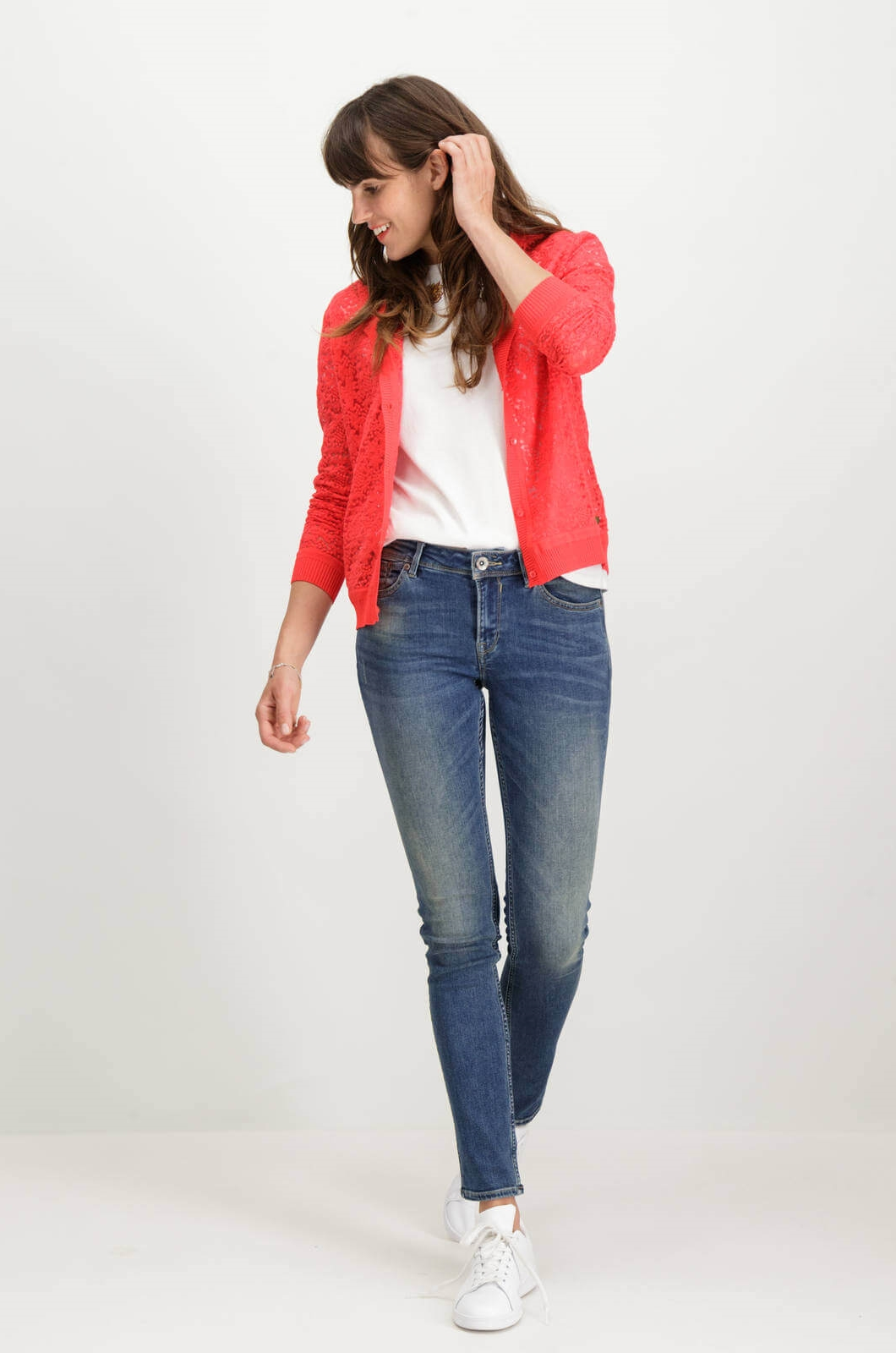 Frente de cardigan de renda vermelha com botões de mulher da Garcia Jeans