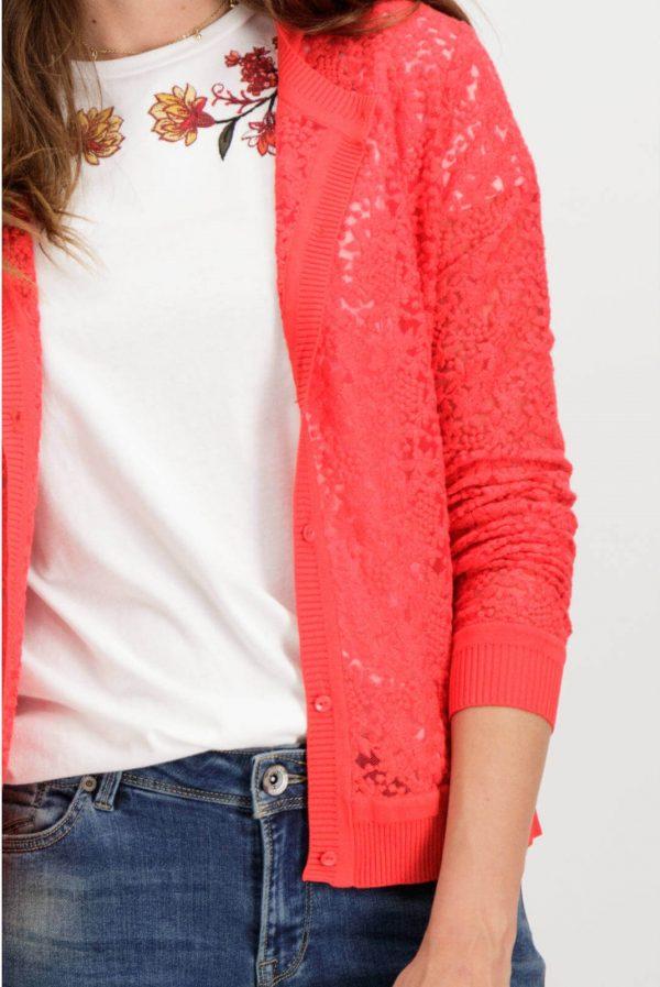 Pormenor da frente de cardigan de renda vermelha com botões de mulher da Garcia Jeans
