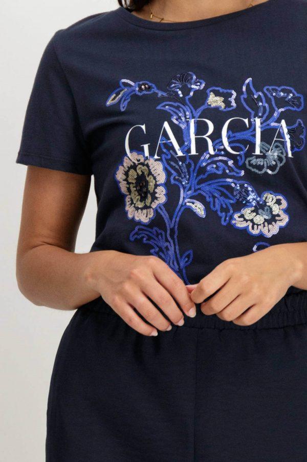 Pormenor do bordado da T-shirt bordada com lantejoulas em azul marino para mulher da Garcia Jeans