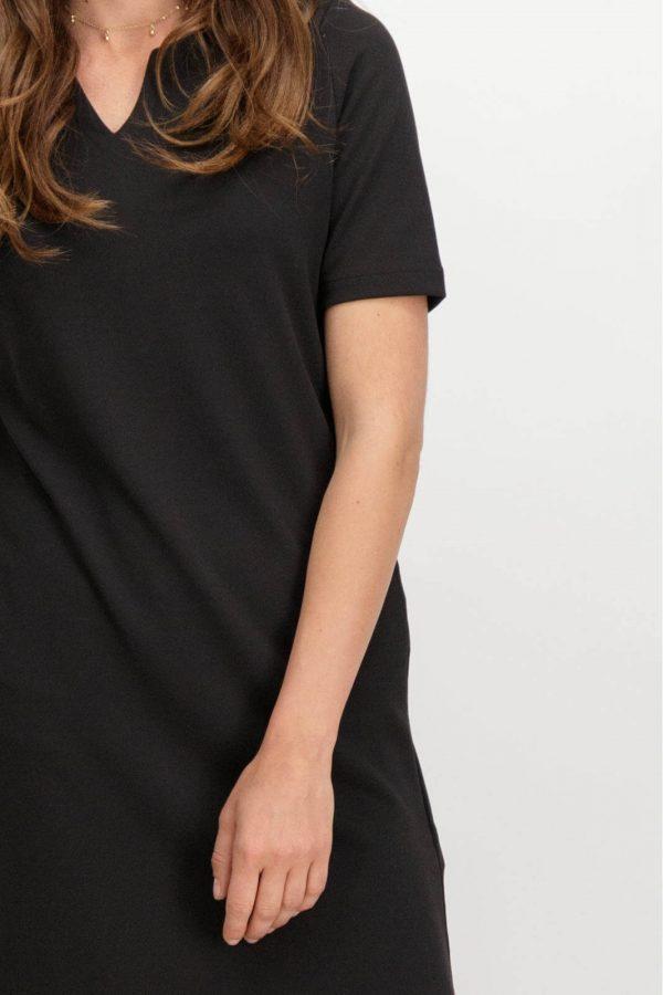 Pormenor da frente de vestido de malha preta com bolsos da Garcia Jeans