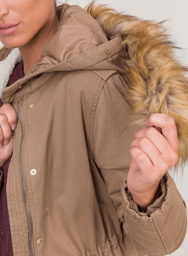 Pormenor do casaco camel com pelo no capuz para mulher da Tiffosi